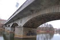 OPAKOVANÉ KONTROLY definitivně konstatovaly skutečný stav Chebského mostu. Zatím ale není jasné, jaká varianta na jeho rekonstrukci bude zvolena.