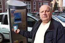 PARKOVACÍ automaty v ulicích Karlových Varů budou umět zase o něco více. Za parkování se ale stále musí platit.