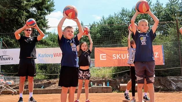 Karlovarsko opět vyplní volejbalovou přestávku oblíbeným a vyhledávaným volejbalovým kempem pro děti od 5 do 14 let, když pro zájemce nově budou k dispozici dva turnusy. Premiérově pak Karlovarsko nachystalo pro děti dva beachvolejbalové víkendy.