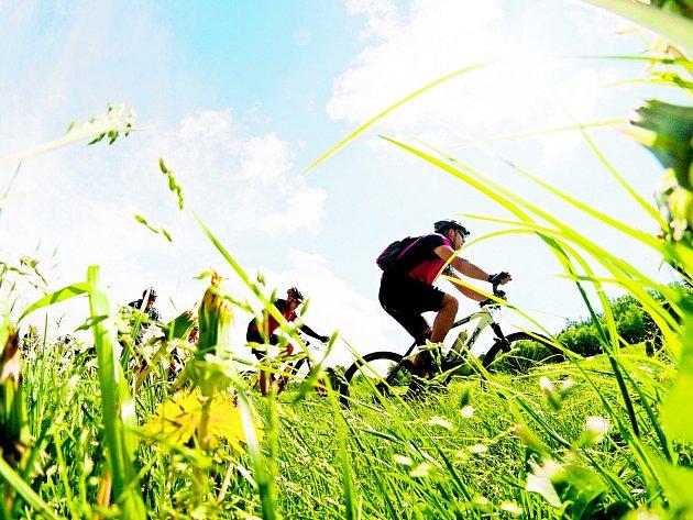 Do hor míří stále více cyklistů, lákájí je nové trasy pro jejich adrenalinové jízdy. Podnikatelé jsou spokojeni a připravují se na léto.
