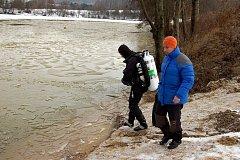 Policejní potápěči pátrají po pohřešovaném Miroslavu Horáčkovi i v zatopeném lomu nedaleko místa, kde bylo nalezeno jeho auto.