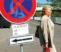 Kvůli pokračující rekonstrukci mostu přes řeku Ohři budou až do 20. května používat motoristé lávku pro pěší. Strážníci upozorňují na dopravní zácpy .