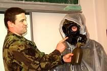 Studenti měli i možnost vyzkoušet si oblek proti chemickým zbraním. Překvapila je možnost napít se vody v nasazené plynové masce.