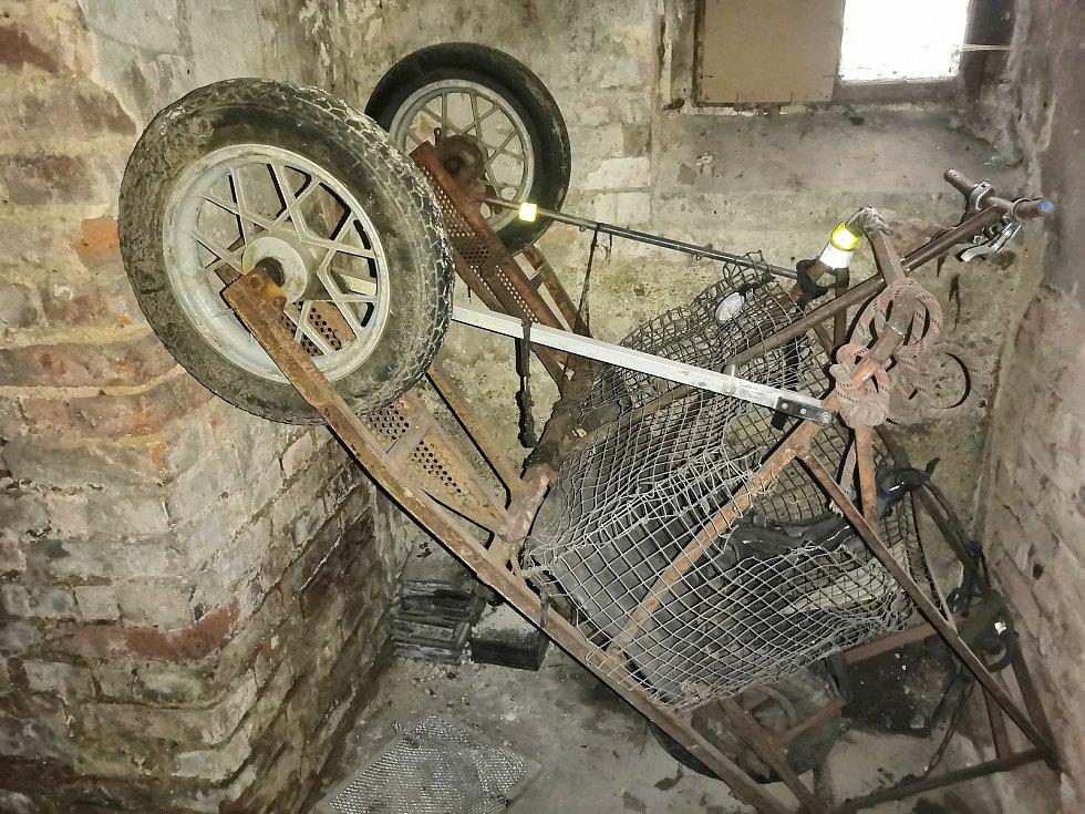 Ve sklepě našel průzkumník i původní vozík, se kterým Bob v roce 2015 do Karlových Varů přicestoval.