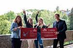 Studentky střední školy z Ostrova vyhrály soutěž poslouchej očima