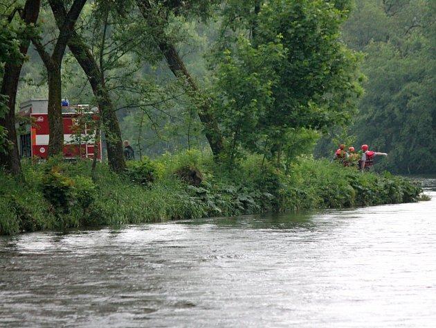 Hasiči zachránili muže, který spadl do řeky.