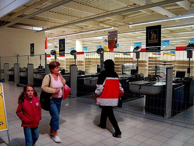 JEDNA ÉRA KONČÍ. Pokladny v Hypernově jsou už od soboty kompletně uzavřeny a končí  zde i některé menší prodejny. Někteří obchodníci naopak zůstávají, objekt prý podle nich povede jiný řetězec.