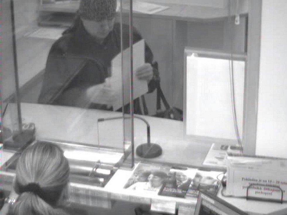 Žena podezřelá z přepadení pobočky karlovarské Raiffeisenbanky