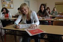 ZKOUŠKA SOUSTŘEDĚNÍ. Zájemci o studium karlovarské obchodní akademie v Bezručově ulici se museli vypořádat například s testem z českého jazyka. Testy psala i Hanka Geťková (v popředí).