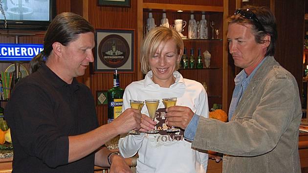 Manažerka Muzea Becherovky Karolína Nožičková si s režisérem Michalem Cabanem (vlevo) a střihačem Vojtěchem Kopeckým připila na úspěch filmu. Becherovkou.