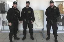 Praporčíci Matěj Záhora, Petr Přibyl a Luboš Klouda díky včasnému přivolání pomoci dokázali zachránit život mladému muži.