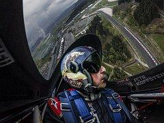 PETR KOPFSTEIN, karlovarský pilot ve služnách Team Spielberg, by rád na dalším podniku Red Bull Air Race v Budapešti proklouzl mezi osm nejlepších pilotů Masters Class.