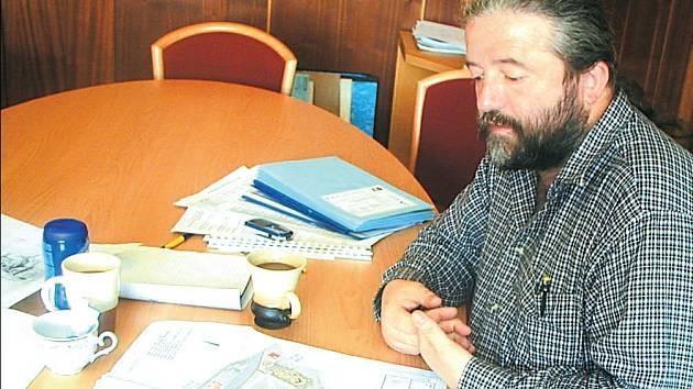 Budoucnost? Starosta města Jaroslav Vojta ukazuje na snímku, že najít rovné pozemky například pro výstavbu průmyslových hal je ve Žluticích opravdu těžké.