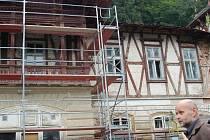 NĚKTERÉ PRÁCE na obnově památkových objektů v Kyselce se nezastaví ani v zimě.