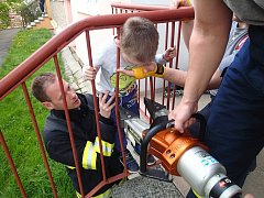 Hasiči pomohli malému chlapci ze sevření zábradlí před domem