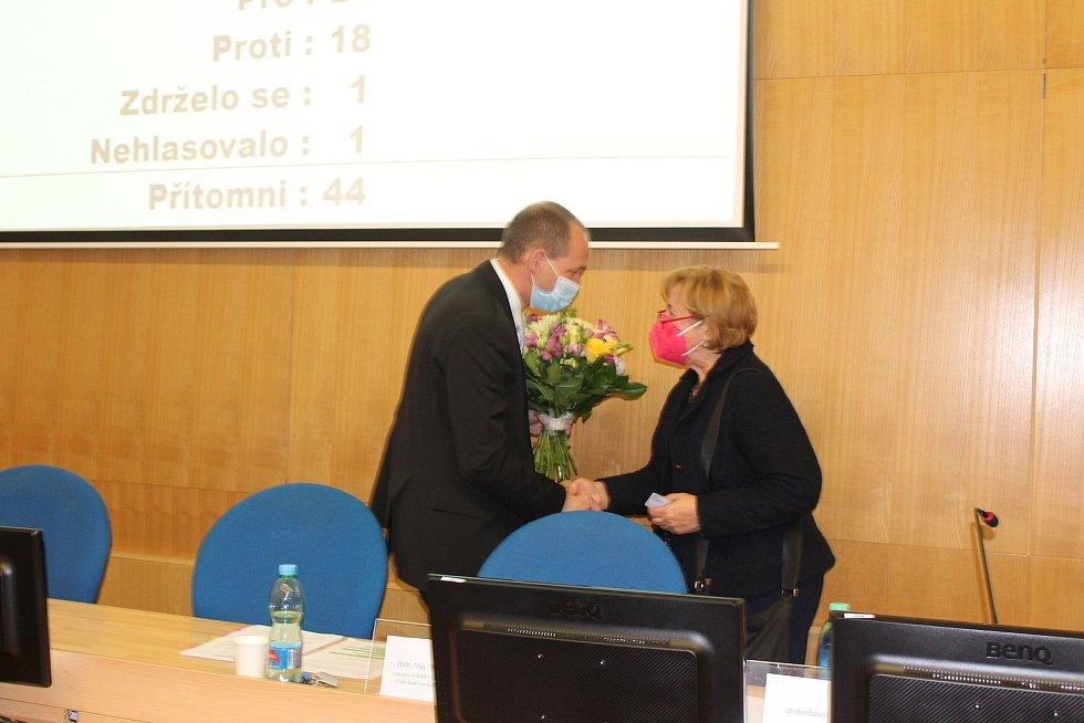 Nový primátor děkuje předsedající Olze Halákové.