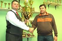 Ladislavu Chalupovi (na snímku vlevo) gratuloval k úspěchu předseda karlovarské organizace Českého rybářského svazu Michal Riško.