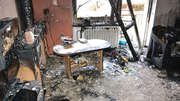 V pondělí večer hořelo v karlovarské Majakovského ulici. Byt ve třetím patře, kdo došlo k požáru, je zničený. Foto: hasiči KK