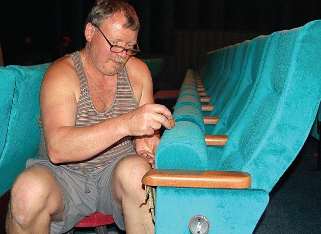 Josef Koníček instaluje čísla na sedačky.