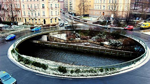 Kruhová křižovatka je mnohdy nejen účinným řešením dopravní situace v daném místě, ale její střed se nabízí i k různé výtvarné nebo zahradnické úpravě. K čemuž se řada měst už odhodlala.