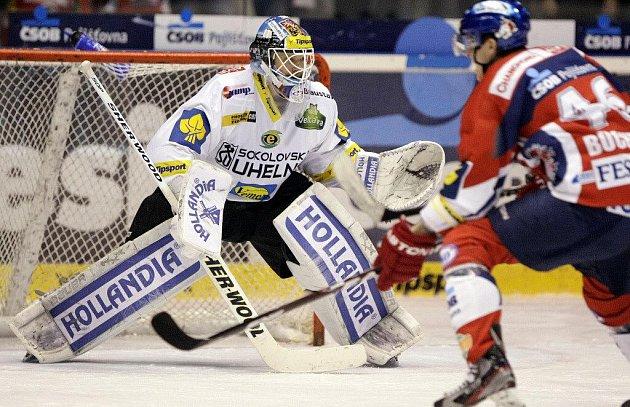 Hokejové utkání Tipsport extraligy v ledním hokeji mezi HC ČSOB Pojišťovna (v červeném) a HC Energie Karlovy Vary (v bílém) v pardubické ČEZ Areně.