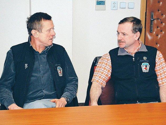 Střídání stráží. Rudolfa Chlada (vlevo) nahradil ve funkci náčelníka Horské služby Krušné hory Miroslav Güttner.