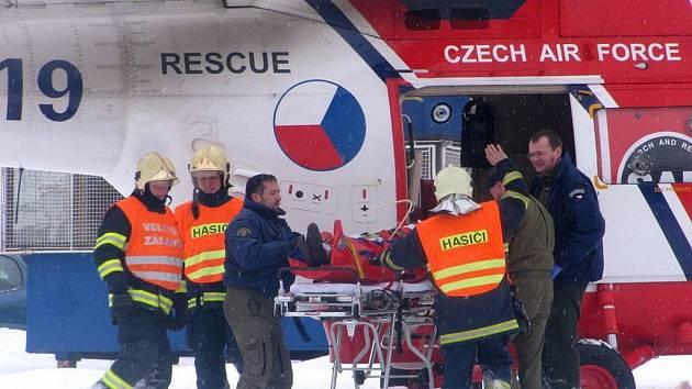 Vrtulník transportoval těžce zraněného muže do nemocnice