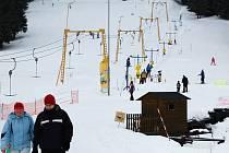 Přestože počasí na horách zlobilo, nenechali se lyžaři odradit.
