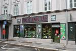 Jedním z mála obchodů, které mohou být nyní otevřené.