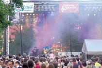 Tomáš Klus si užíval se svou kapelou přízeň svých fanoušků. A aby ne, do ostrovského zámeckého parku totiž zamířilo přes tři tisíce skvěle naladěných fanoušků.