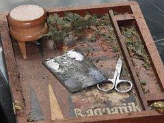Snímky zabavených drog a peněz při domovních prohlídkách.