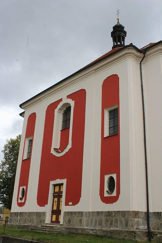Kostel svaté Anny v Sedleci má novou fasádu.