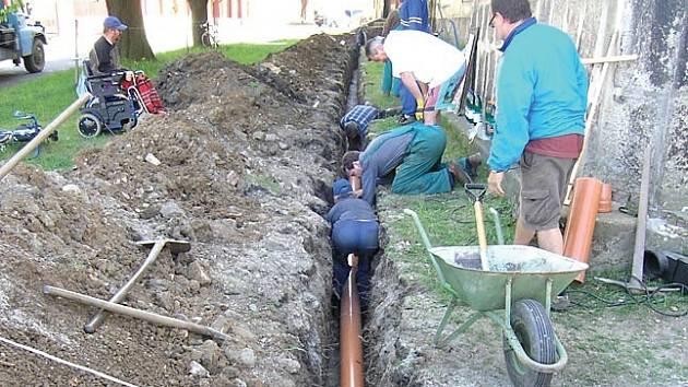 Činí se. Členové Občanského sdružení na záchranu kostela svaté Anny dokázali za víkend vybudovat část kanalizace.