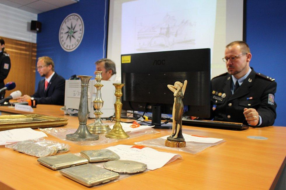 Z tiskové konference, kde policie informovala o gangu zlodějů umění.