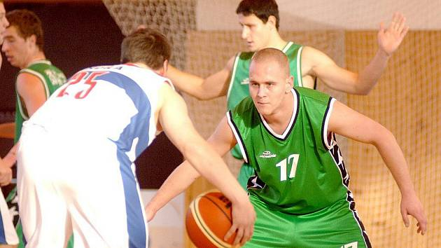 BASKETBALISTÉ Thermie (v bílém) si dokázali dvakrát v derby poradit s týmem Sokolova