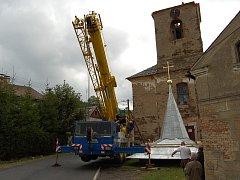 Jeřáb umístil opravenou střechu na věž kostela v Brložci.