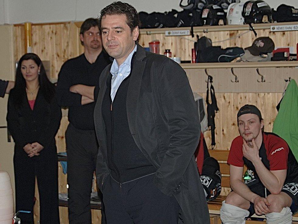 Z tréninku karlovarských hokejistů před začátkem finálových zápasů. Za hokejisty se přišel podívat i primátor města Werner Hauptmann.