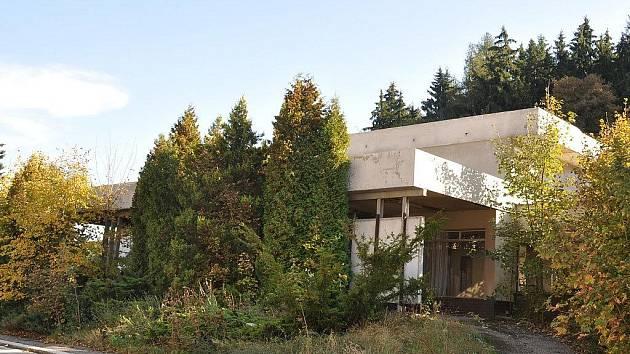 Karlovarská veřejnost si stěžuje na přístup stavebního úřadu k poskytování informací ohledně výstavby v ulici Na Vyhlídce a bývalém hotelu Barrandov na Hůrkách (na snímku).