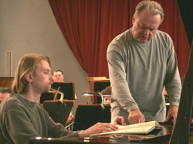 Klavírista Ivo Kahánek se na koncert připravoval s dirigentem KSO Petrem Vronským.