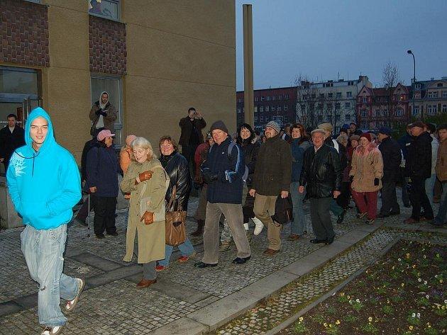 Protest občanů před karlovarským magistrátem.