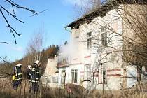 K požáru neobydlené vily v Karlových Varech nad ulicí Na Vyhlídce vyjížděli v pondělí ráno karlovarští hasiči.