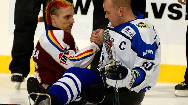 Bratrovražedný pohled před finálem v roce 2007.