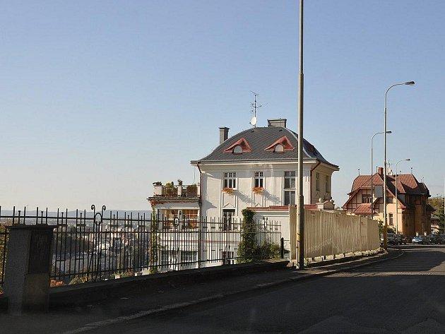 Karlovarská veřejnost si stěžuje na přístup stavebního úřadu k poskytování informací ohledně výstavby v ulici Na Vyhlídce (na snímku) a bývalém hotelu Barrandov na Hůrkách.