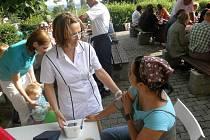 Hnutí Doktoři za uzdravení společnosti se ve středu sešlo na Kukačce s lidmi z Tisové. Mimo jiné i měřili tlak.