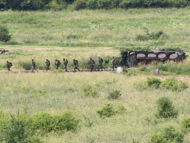 Při armádním cvičení na Karlovarsku se převrátil transportér Pandur