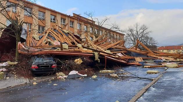 V Ostrově strhl vítr polovinu střechy i s krovem z kancelářské budovy