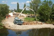V Doubí v Karlových Varech pokračují stavbaři s realizací nového mostu. Ten má nahradit původní, který byl odstraněn letos na jaře kvůli havarijnímu stavu. Do konce července by měly být postaveny pilíře, pak přijde na řadu osazování ocelových nosníků.
