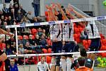 Vítězná show v podání volejbalistů VK ČEZ Karlovarsko (v černém) stále pokračuje. Vítězné tažení týmu z města minerálních pramenů UNIQA extraligou nezastavil ani Zlín, který si odvezl z haly míčových sportů porážku 0:3.