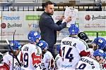 Jakub Flek sleduje pokyny kouče Pešána na střídačce národního týmu