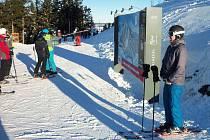 DOBRÉ PODMÍNKY NA PLEŠIVCI. Osmdesát centimetrů sněhu a šest upravených sjezdovek mají lyžaři k dispozici ve skiareálu Plešivec.